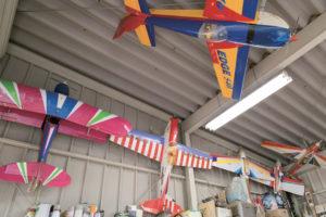 アトリエのような作業所には、高見澤さんお手製の飛行機が並ぶ。一度飛ぶと満足し、次の飛行機の制作に取り掛かる。